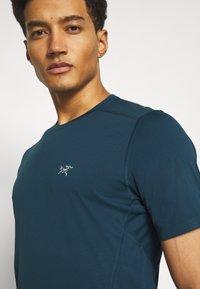 Arc'teryx - MOTUS CREW MENS - Print T-shirt - limitless - 4