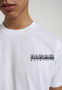 Napapijri - S-KEE - T-shirt z nadrukiem - bright white - 4