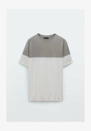 MIT KURZEN ÄRMELN UND KONTRASTFARBE  - Print T-shirt - dark grey