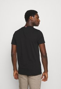 Tommy Hilfiger - ESSENTIAL - T-shirt z nadrukiem - black - 2