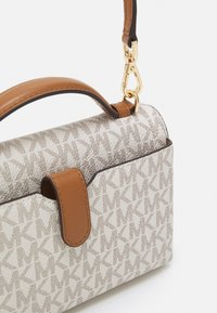 MICHAEL Michael Kors - JET SET CHARM PHONE XBODY - Handbag - vanilla/acrn - 3