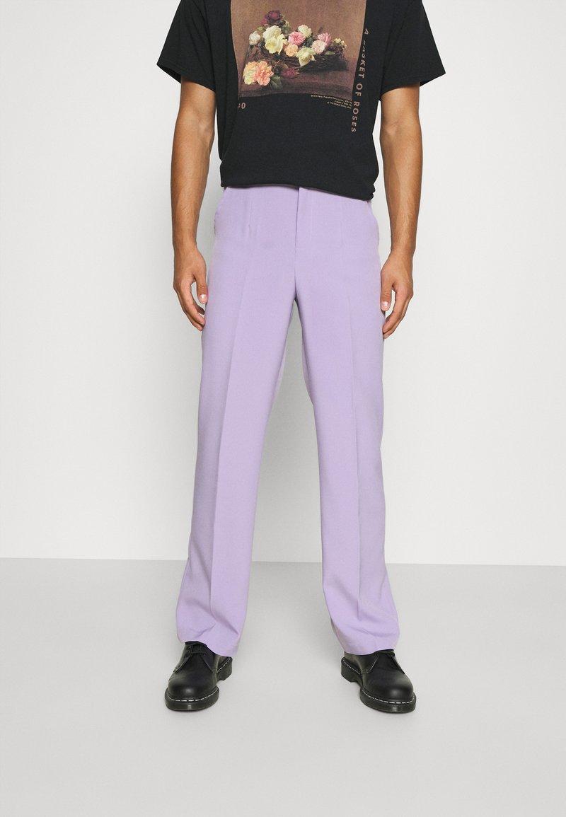 Mennace - SUNDAZE STRAIGHT FIT TROUSER - Pantalon classique - lilac