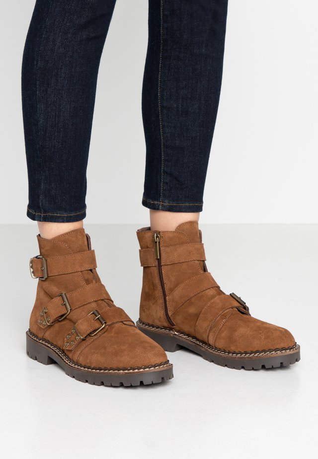 HAILEY BUCKLE  - Cowboy/biker ankle boot - brown