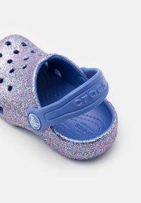 Crocs - CLASSIC GLITTER - Sandály do bazénu - lapis - 5