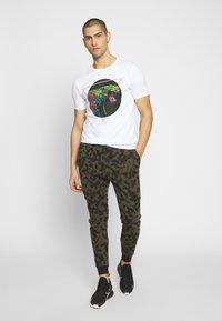 Alessandro Zavetti - ABLETT SNAKE - T-shirt print - white - 1