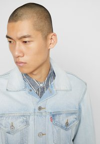 Levi's® - VINTAGE FIT TRUCKER UNISEX - Denim jacket - light-blue denim - 3