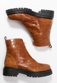 L'INTERVALLE - ROHAN - Kotníkové boty na platformě - safor - 3