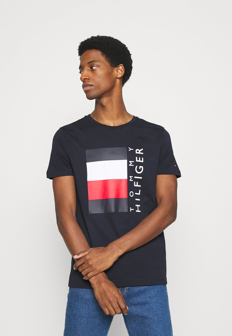 Tommy Hilfiger - CORP STRIPE BOX TEE - T-shirt z nadrukiem - desert sky
