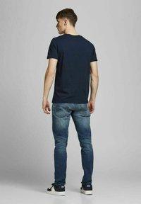 Jack & Jones - T-shirt med print - navy blazer - 2
