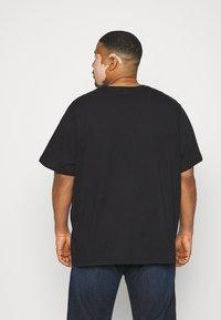 Levi's® Plus - BIG ORIGINAL - T-shirt - bas - mineral black - 2