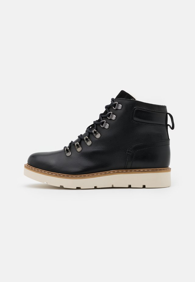 VMMARY BOOT WIDE FIT - Platåstøvletter - black