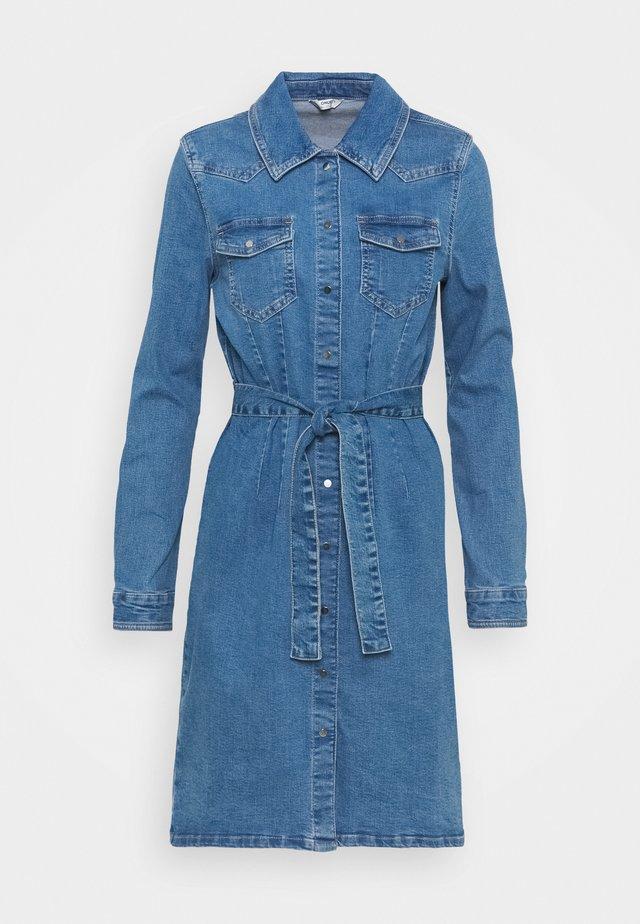 ONLCOLUMBIA LIFE DRESS - Denimové šaty - medium blue denim