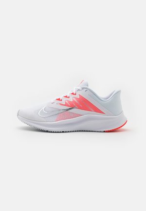 QUEST 3 - Neutral running shoes - white/football grey/metallic silver