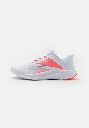 QUEST 3 - Zapatillas de running neutras - white/football grey/metallic silver
