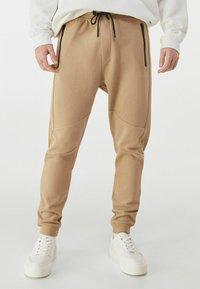 Bershka - Pantalon de survêtement - brown - 0