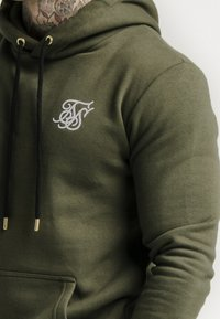 SIKSILK - MUSCLE FIT OVERHEAD HOODY - Jersey con capucha - khaki/white - 4