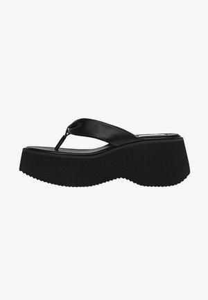 MIT DEKORATIVER ZEHENABTRENNUNG  - Platform sandals - black