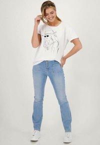 Monari - MIT PRINT - Print T-shirt - weiß - 0