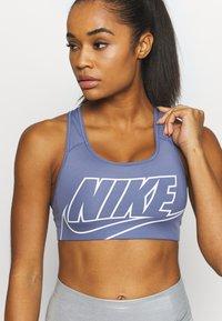 Nike Performance - FUTURA BRA - Sport-BH mit mittlerer Stützkraft - world indigo - 5
