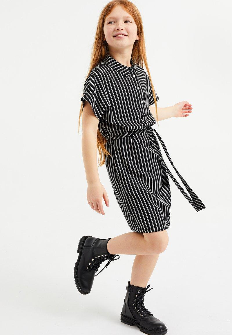 WE Fashion - MET STREEPDESSIN - Shirt dress - all-over print