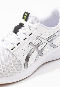 ASICS - GEL-TORRANCE 2 - Zapatillas de running neutras - white/black - 5