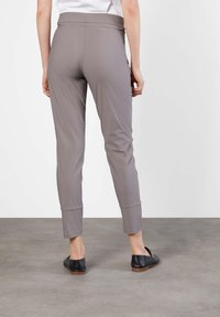 "MAC Jeans - DAMEN JOGPANTS ""EASY ACTIVE"" SLIM FIT - Tracksuit bottoms - taupe - 1"