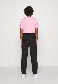 Vero Moda - VMMORGAN PANT - Pantaloni - black/white - 2