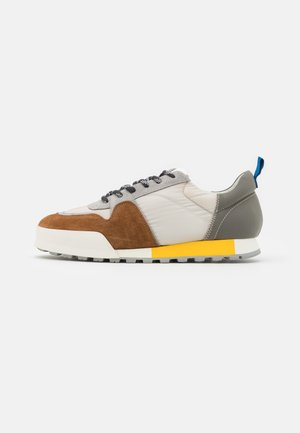 Trainers - brown oak