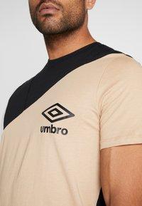 Umbro - COLOURBLOCK TEE - Printtipaita - black/brilliant white - 5