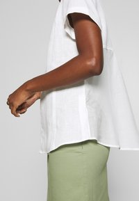 Marc O'Polo PURE - SHORT SLEEVE LOOSE FIT HYBRID STYLE - Blouse - clear white - 5