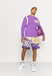Mitchell & Ness - NBA LOS ANGELES LAKERS WARM UP PASTEL CREW - Squadra - purple - 1