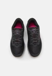 Saucony - PEREGRINE 11 GTX - Běžecké boty do terénu - black/cherry - 3