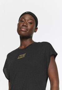Nike Performance - DRY TIE - Print T-shirt - black/metallic gold - 3