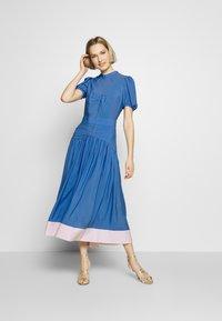 N°21 - Denní šaty - cielo - 1