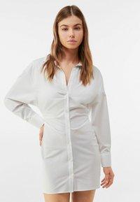 Bershka - MIT RAFFUNGEN - Shirt dress - white - 0