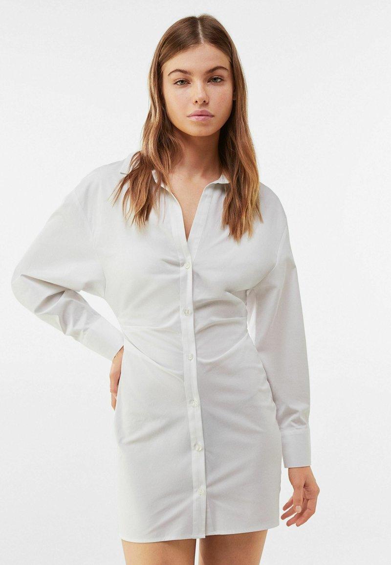 Bershka - MIT RAFFUNGEN - Shirt dress - white