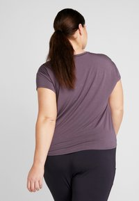 YOGA CURVES - SLIT - Camiseta estampada - aubergine - 2