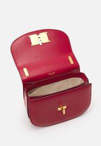 Bally - CHAIN MINI BAG - Across body bag - lipstick - 3