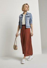 TOM TAILOR DENIM - MIT ELASTISCHEM BUND - Pleated skirt - rust orange - 1