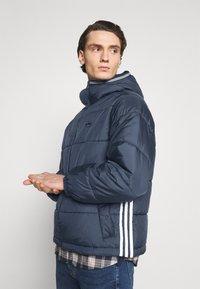 adidas Originals - HOODED PUFF - Vinterjakker - dark blue - 3