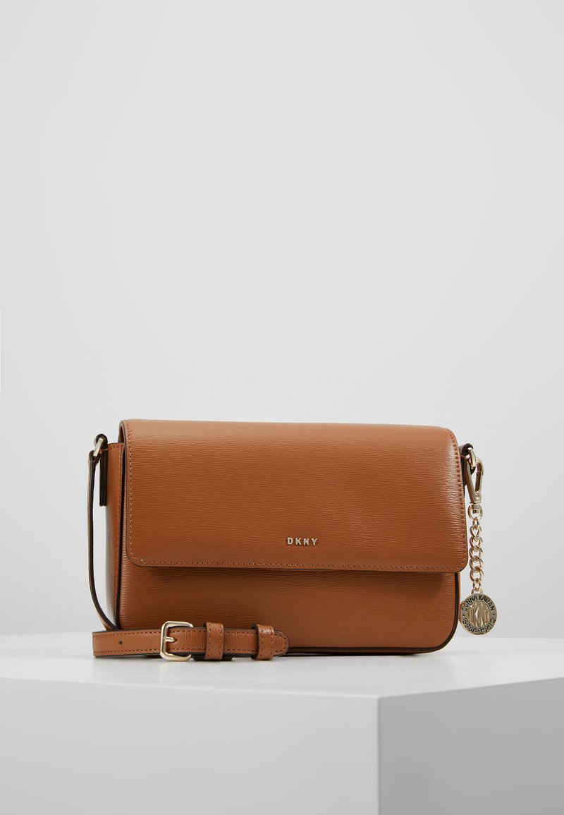 DKNY - BRYANT FLAP CBODY SUTTON - Across body bag - driftwood