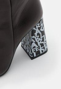 KARL LAGERFELD - GRAFFITI  - Kotníková obuv na vysokém podpatku - black/white - 4