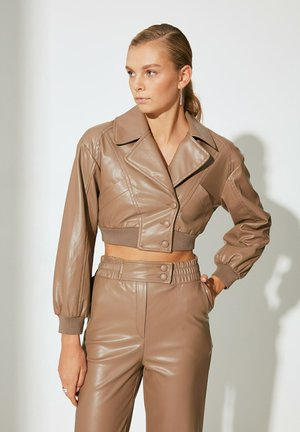 Impermeable - brown