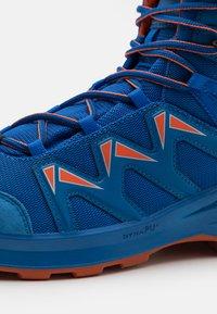 Lowa - INNOX PRO GTX MID JUNIOR UNISEX - Hiking shoes - blau/orange - 5