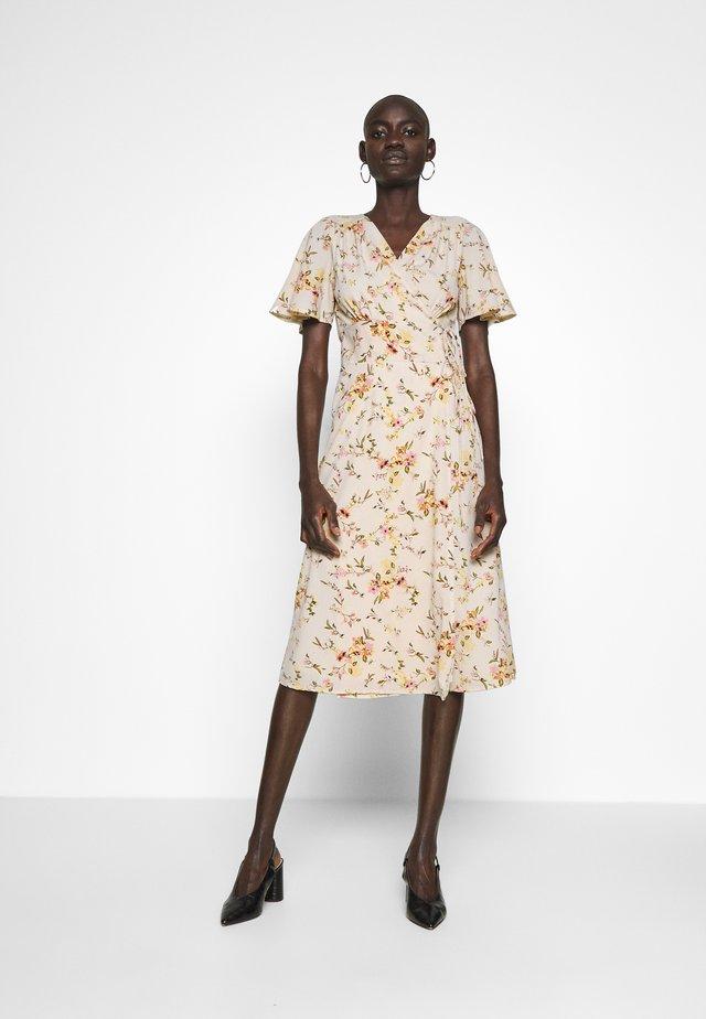 VMKISSEY DRESS - Denní šaty - birch/kissey