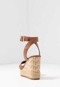 Tommy Hilfiger - TH RAFFIA HIGH WEDGE SANDAL - Sandalias de tacón - summer cognac - 5