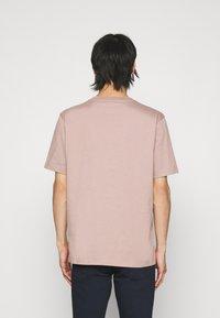 HUGO - DURNED - Print T-shirt - light pastel brown - 2