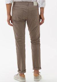 BRAX - STYLE CADIZ - Trousers - toffee - 2