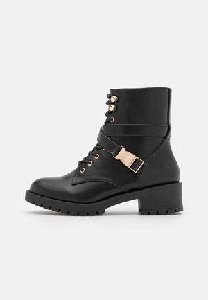 BIADELYN BUCKLE BOOT - Nauhalliset nilkkurit - black
