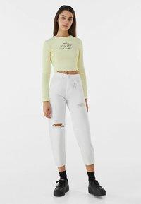 Bershka - MIT STICKEREI - Langærmede T-shirts - yellow - 1